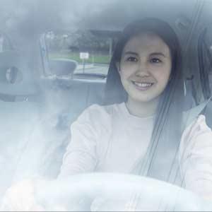 車で遠いスーパーに向かう女性