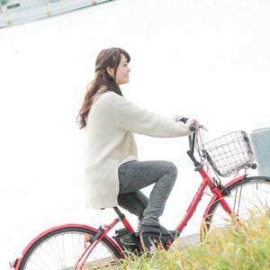 お金使わないで自転車通勤する女性
