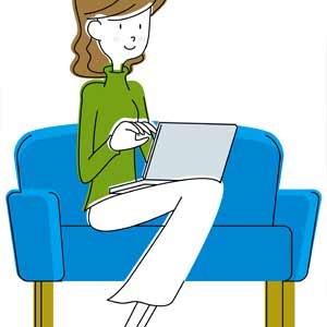自宅でネット銀行を利用する女性