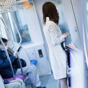電車を使う車なし生活の女性