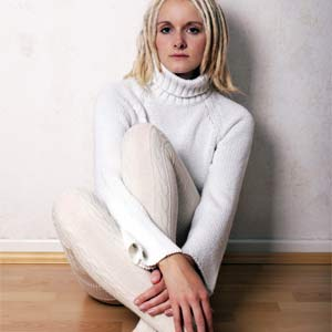 タートルネックを着て寒さ対策する女性