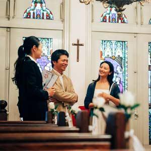 結婚式場を見学するカップル