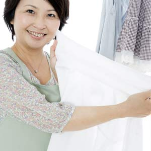 Yシャツを干す主婦