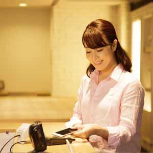 iDによるApple payで支払う女性