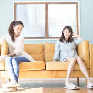 家賃節約のためルームシェアする二人の女性
