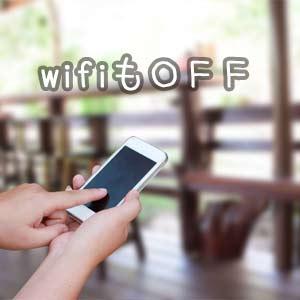 スマホの充電を長持ちさせるためWi-Fiは使う時だけONにする女性