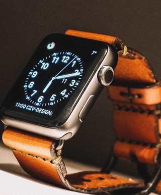 アナログ時計の文字盤を表示するApple Watch
