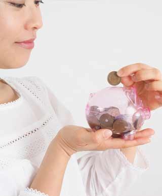 小銭をへそくりする主婦