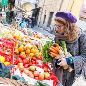 野菜直売所でお得に新鮮な野菜を買う女性