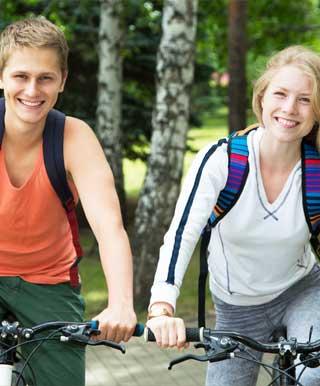 サイクリングデートを楽しむ学生カップル