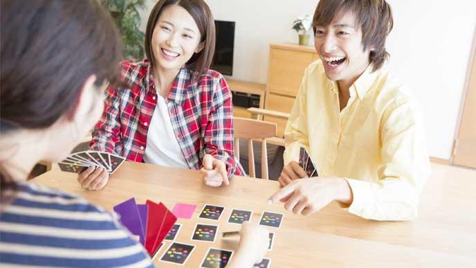 カードゲームを楽しむ若者