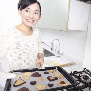 手作りクッキーを作る女性