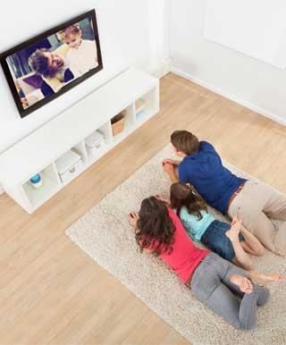 家で映画鑑賞を楽しむ家族
