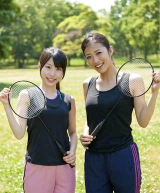 お金をかけずに公園でバドミントンする女性二人